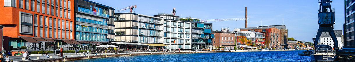 Gebäudezeile am Hafenbecken