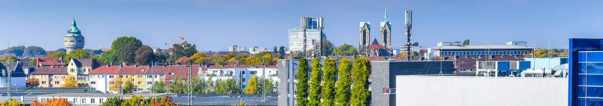 Blick auf das Südviertel, im Vordergrund eine begrünte Hausfassade