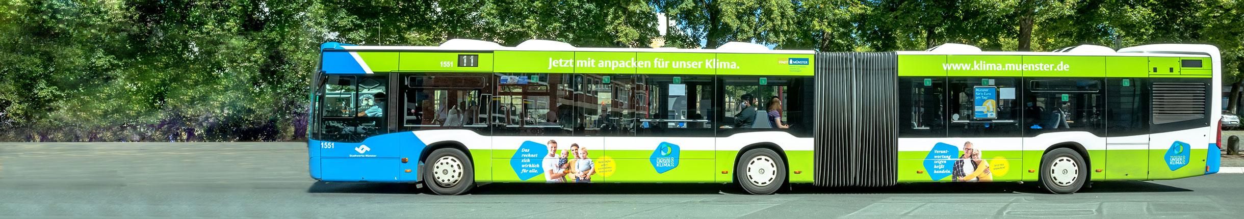Stadtbus mit Klimaschutz-Werbung